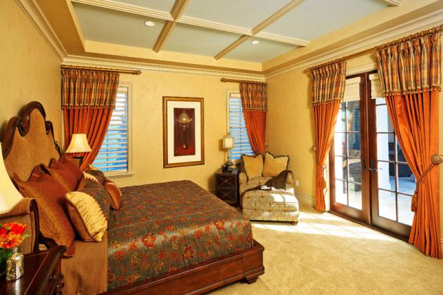 Фото: оранжевые шторы в интерьере спальни