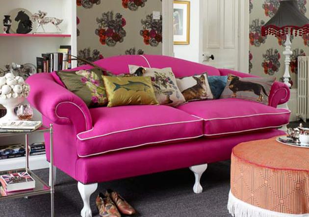 Фото: яркий диван с оригинальными ножками идеально впишется в комнату, оформленную в стиле китч