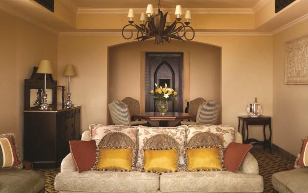 Фото: кованая люстра в интерьере гостиной
