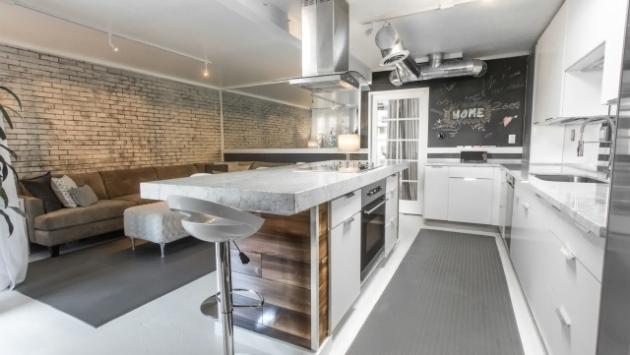 Фото: отделка одной из стен кирпичом в интерьере кухни минималистического стиля
