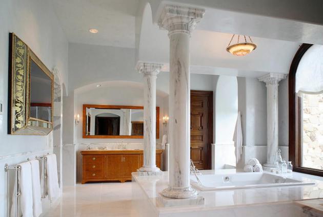 Фото: мраморные колонны в интерьере ванной
