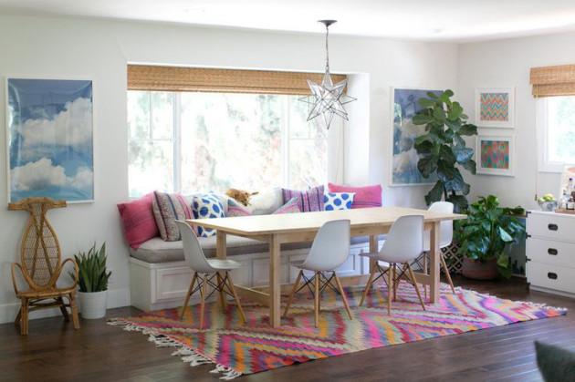 Фото: декорирование столовой яркими подушками и ковриком
