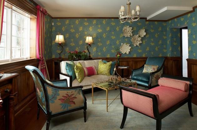 Фото: синие обои с желтым рисунком в сочетании с деревянными панелями