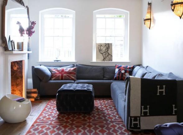 Фото: угловой диван у камина в интерьере маленькой гостиной