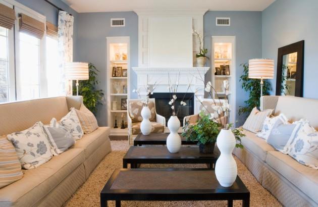 Фото: бежево-синее сочетание одно из наиболее удачных для домашнего интерьера гостиной