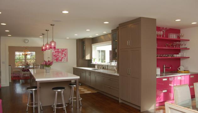 Фото: сочетание коричневых тонов и цвета фуксии добавит домашней теплоты и уюта на кухне