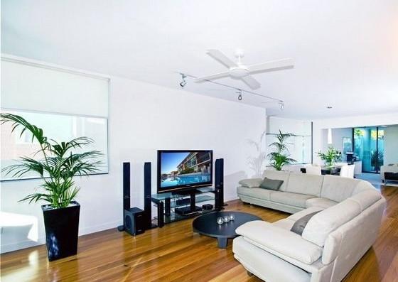 Фото: зонирование гостиной угловым диваном овальной формы