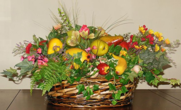 Фото: композиция из фруктов, овощей и цветов
