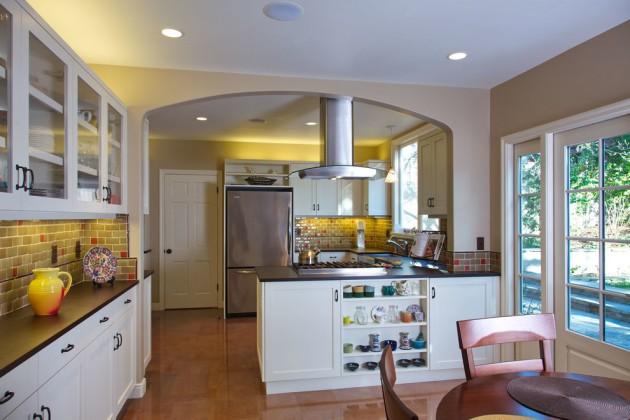 Фото: зонирование барной стойкой и аркой кухни, совмещенной со столовой