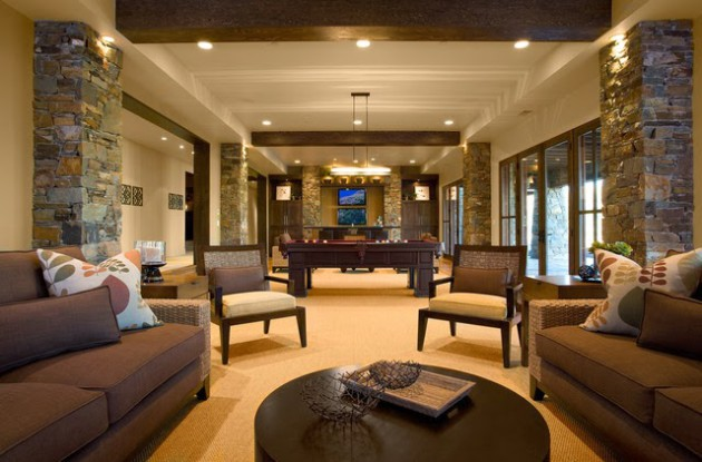 Фото: облицовка декоративным камнем колонн в интерьере гостиной
