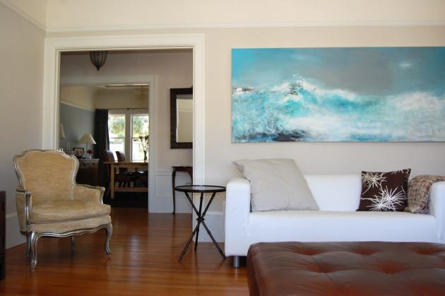 Фото: картина с морским сюжетом в интерьере гостиной