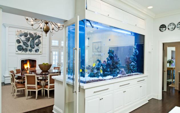 Фото: зонирование аквариумом гостиной и столовой