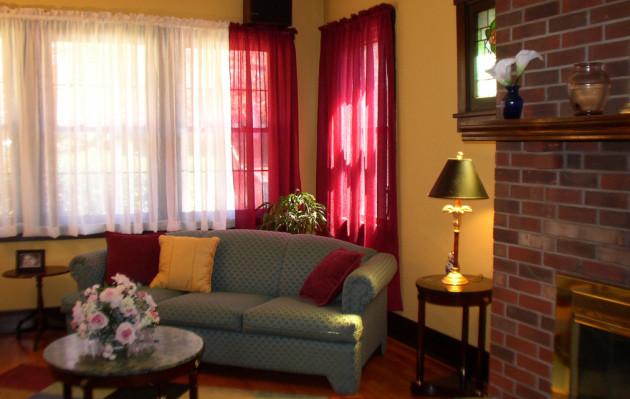 Фото: бордовый, как дополнительный к желтому, добавит в интерьер гостиной теплоты и уюта