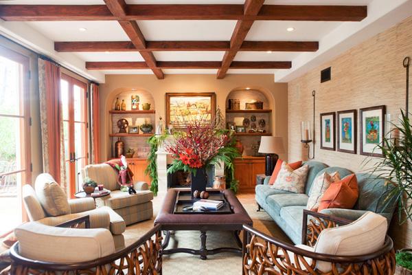 Фото: декорирование потолка балками в интерьере гостиной