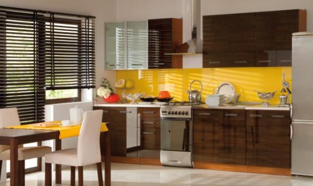 Фото: желтый рабочий фартук в сочетании с кухонным гарнитуром цвета венге