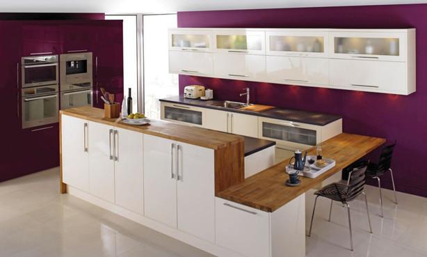 Фото: белая мебель отлично сочетается со стенами баклажанового цвета