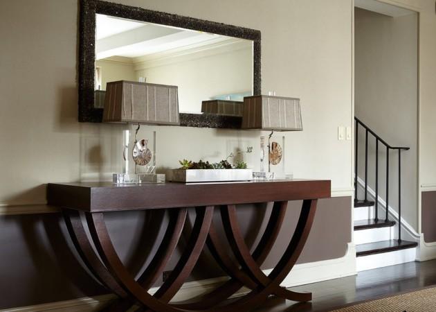 Фото: столик цвета венге в интерьере прихожей