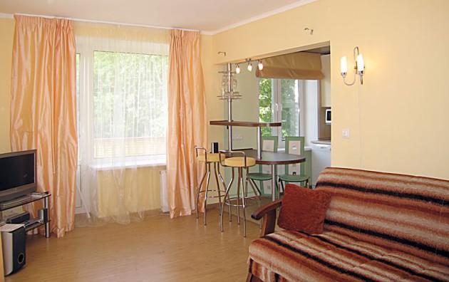Фото: кухня, совмещенная с гостиной, в интерьере хрущевки