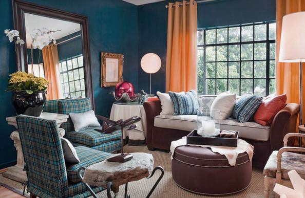 Фото: персиковые люверсные шторы в интерьере гостиной темно-синего цвета