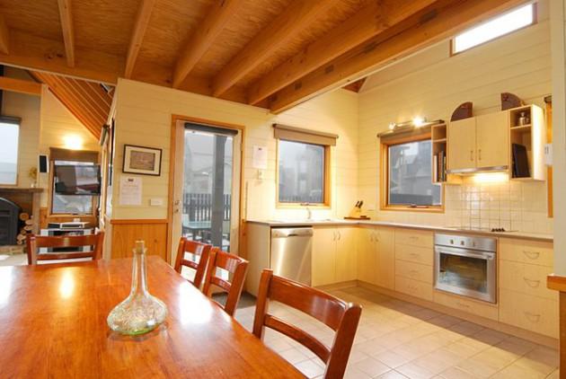 Фото: светлый пол и стены молочного цвета помогут вам визуально увеличить кухню