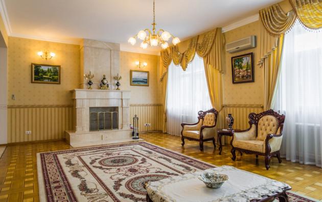 Фото: камин в интерьере гостиной стиля классицизм