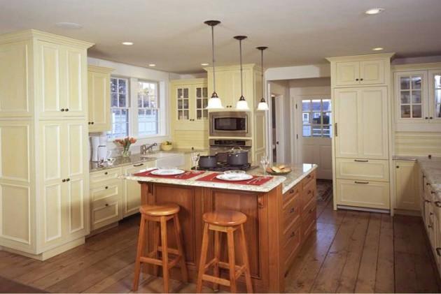 Фото: органично дополнят светлый кухонный гарнитур темные стулья и барная стойка