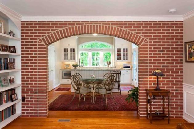 Фото: кирпичная арочная перегородка, разделяющая гостиную и кухню