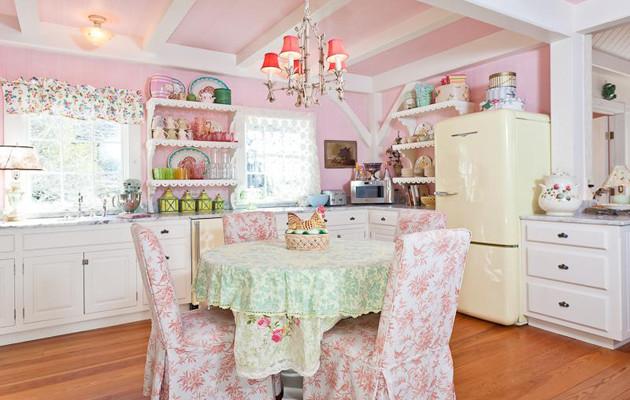 Фото: цветочные принты в интерьере кухни стиля шебби шик