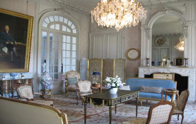 Фото: массивная хрустальная люстра подчеркнет особенности стиля классицизм