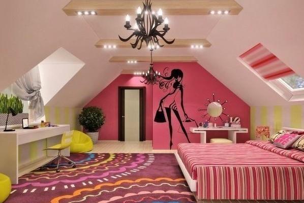 Фото: центральная люстра с дополнительным точечным освещением в интерьере комнаты для девочки