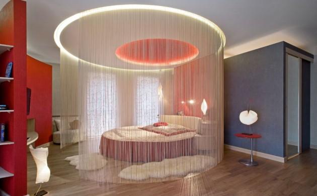 Фото: зонирование нитяными шторами спального места