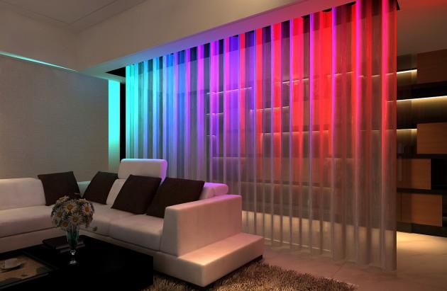 Фото: разноцветная подсветка нитяных штор в интерьере гостиной