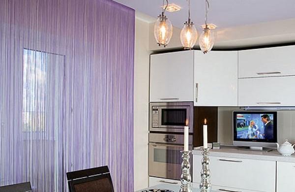 Фото: нитяные шторы в интерьере кухни