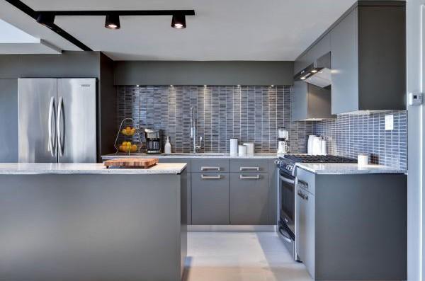 Дизайн кухни в серых тонах с точечной подстветкой
