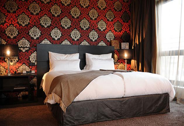 Идея дизайн спальни с красными обоями