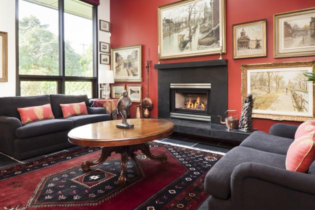 Интерьер гостиной с темной мебелью