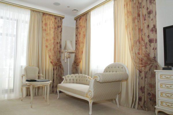 Лёгкие шторы из атласа и тюля в спальне