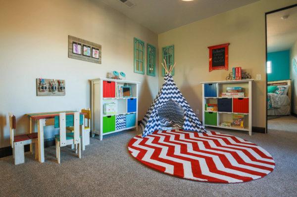 Идея необычного дизайна яркой детской комнаты