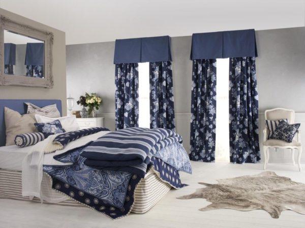 Дизайн тёмно-синих штор с крупными цветами для спальни