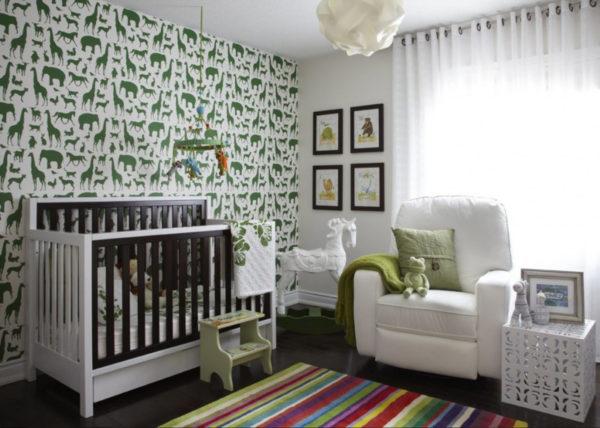Белые обои с зеленым рисунков в детской комнате