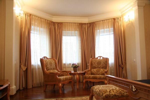 Дизайн штор для гостиной в эркере