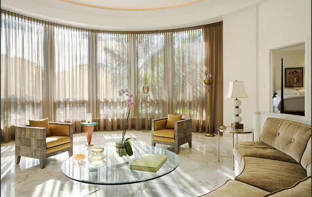 Гостиная с панорамными окнами и шторами из тюля