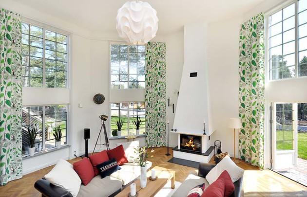 Светлая гостиная с плотными белыми шторами с зелёным рисунком