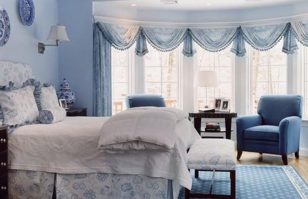 Дизайн штор голубого цвета с ламберекенами для спальни