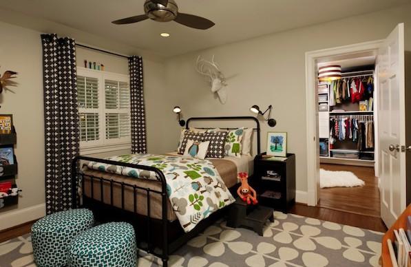 Дизайн спальни с черно-белыми шторами