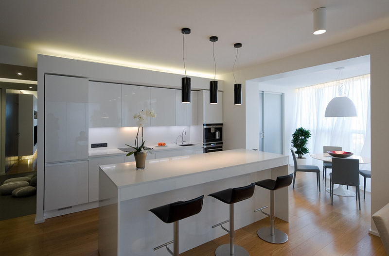 Белая кухня с барным столом и стульями