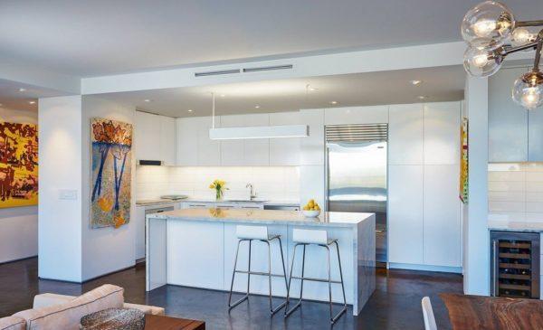 Кухня-гостиная в белых тонах 2017