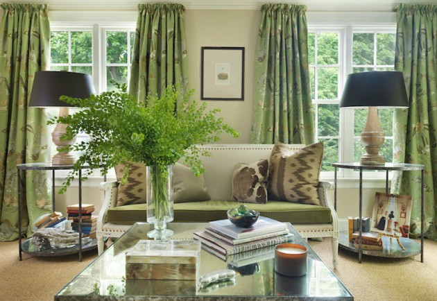 Идея дизайна гостиной с зелёными шторами