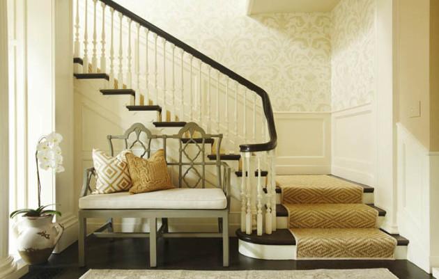 Светлые обои в интерьере холла с лестницей