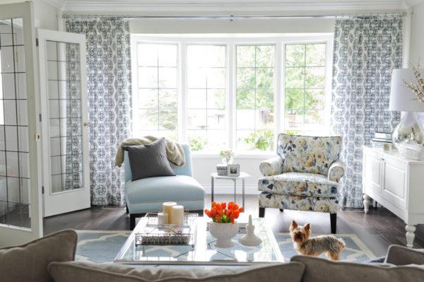 Дизайн плотных штор и крупным контрастным рисунком для гостиной